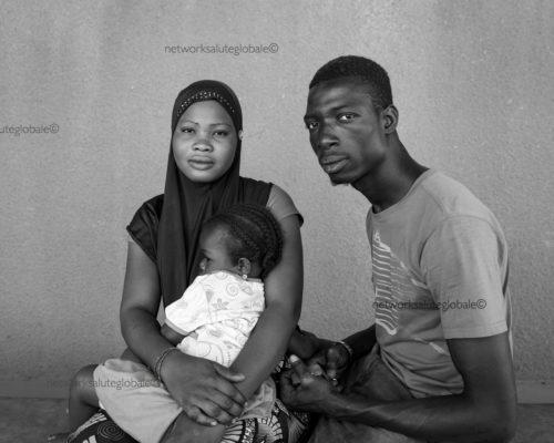 Burkina Faso. Febbraio 2017. Ouagadougou.Una giovane coppia in attesa di una visita con la loro figlia, nel reparto di pediatria dell'Ospedale San Camillo.