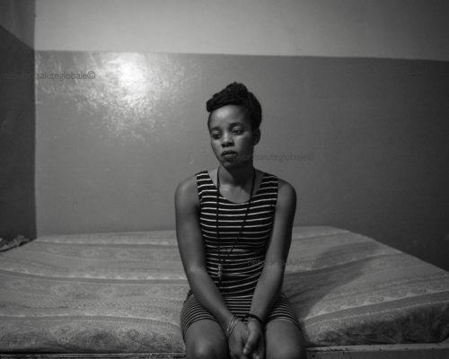 Burkina Faso. Febbraio 2017. Ouagadougou.Quartiere di Pagalayiri. Giovane prostituta in una delle stanze del bordello. Un fenomeno in crescita. Un Paese con un tasso di analfabetismo al 74%, un'aspettativa di vita di 52 anni circa, una mortalità infan